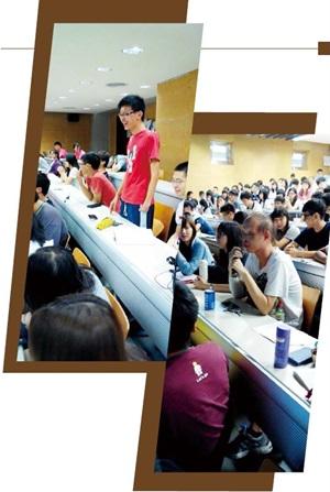 台大新生書院「有愛無礙」課程中,單臂截肢學生 (站立者)與無汗症學生(前排白衣男子)現身說法。