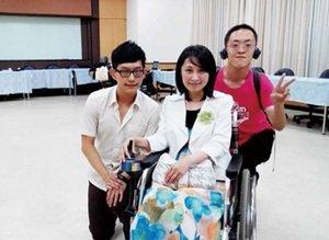 CRPD身心障礙者權利公約公聽會後,障礙權益自主倡議社團幹部盧勁軒(圖左)、蘇楠(圖右)與立委楊玉欣合影。