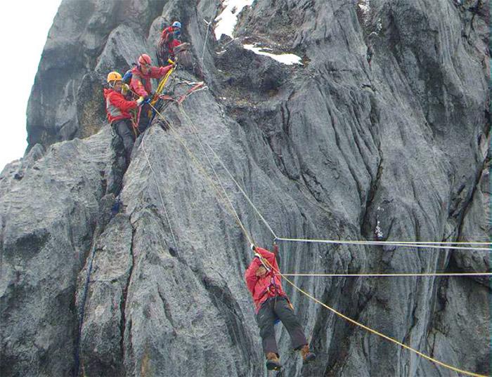 在大洋洲的卡茲登茲峰,學習與岩石對話,並仰賴團隊合作。