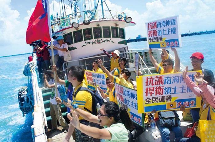 為了不讓漁民孤軍奮戰,民國黨義工們於上月20日,也前往屏東鹽埔漁港現場為航向太平島護衛主權的漁船送行。