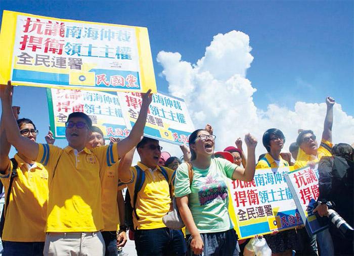 為了不讓漁民孤軍奮戰,民國黨義工們於上月20日,也前往屏東鹽埔漁港現場聲援