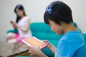 當孩子沉迷3C產品時,可能背後正有個3C重度使用的家長