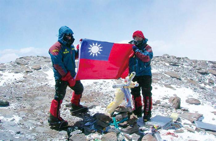 經歷兩天兩夜暴風雪的煎熬,江秀真(右)與伍玉龍成功登上南美最高峰--阿空加瓜峰。