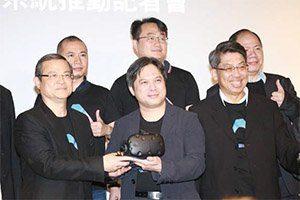 HTC亞洲區總經理董俊良(前排左)於記者會上指出,VR應用要蓬勃發展,要先建立完整產業生態體系,跨領域整合一同打資源戰。經濟部工業局局長吳明機(前排中)也看好VR/AR具有顛覆產業革命的爆發力。