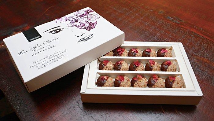 盒裝的玫瑰卡馬龍,送禮自用兩相宜,椰子自然溫和的甜味,不論受贈者是否嗜吃甜食都能接受。包裝盒上優雅的畫作是藝術家黃莞淑的作品。