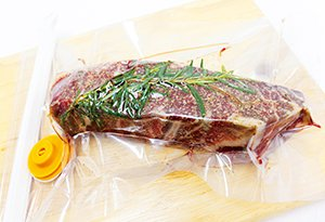利用真空原理,使食材的毛細孔張開,加速醃漬入味。