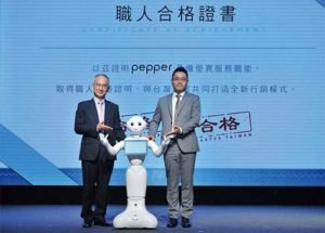 鴻海集團副總裁暨亞太電信董事長呂芳銘(左)、沛博科技總經理林義勛(右),正式宣布Pepper成為合格職人,成為企業最值得信賴的夥伴。(圖片提供/沛博科技)