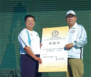 中華奧會副主委蔡賜爵(右)政商關係極佳,在體壇是個爭議性人物。(圖片來源:維基百科Rico Shen作品)