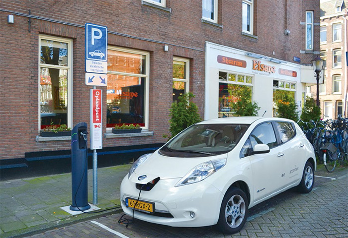 在荷蘭大街上的公共充電站,一輛日產聆風(Nissan Leaf)正在充電。(圖片來源:維基百科Bontenbal 作品)