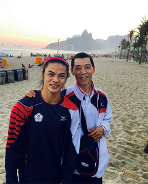 許淑淨(左)與教練蔡溫義情同父女,全心信賴。(圖片來源:許淑淨臉書粉絲頁)