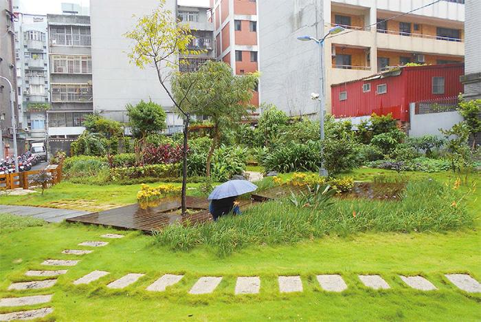 四周被廚房包圍的社區花園