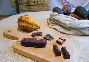 巧遇農情秉持照顧小農的初衷,推出「屏東」和「南投」兩款特色巧克力薄片(左後順時鐘起),另有生巧克力、夾餡巧克力和獨家商品「法式豬血糕」