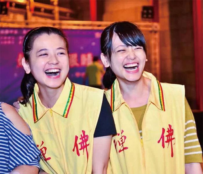 陳郁婷(右)
