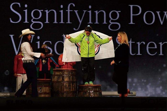 2015年世界錦標賽,郭婞淳(中)手持中華台北會旗,在頒獎站台上落淚。