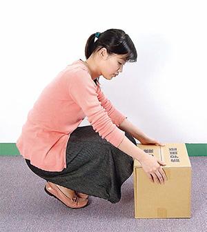 搬重物時,彎膝蹲下搬移物品