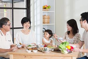 每位主婦都想選購一瓶能讓全家人健康食用的醬油,但只憑「純天然釀造」的標章,就能保證它不含化學成分嗎?