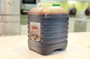 這桶醬油是在夜市攤商所使用的醬油,一桶容量5公升,售價99元(平均1ml=0.02元),相較於純原豆發酵的天然釀造醬油一瓶500ml,價格450元(平均1ml=0.9元),價差相距45倍。細看它的成份,用的是基改黃豆、調味劑(甘草萃)、防腐劑(苯甲酸鈉)等,簡直就是讓消費者喝化學原料。我們在夜市吃的就是這種醬油,你放心嗎?