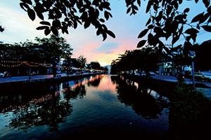 夕照下的清邁護城河,別有風味。