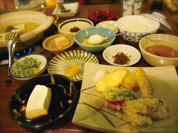 使用京都著名豆腐老舖「森嘉」的嵯峨野湯豆腐套餐。