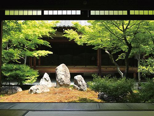 潮音庭中央有三尊石和坐禪石,遊客可在此禪坐參禪