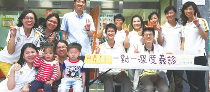 鄭孝勇(前排右一)偕同高雄禪修會館的夥伴們舉辦義診活動