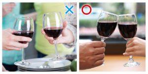 使用紅酒酒杯,應以手指捏住杯柄細長處