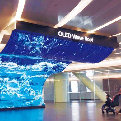 OLED電視讓科幻夢成真 像壁紙一樣薄的電視,還能捲著走!