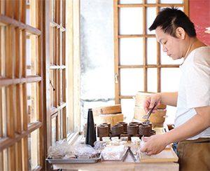 開放式空間可看到師傅製作鬆糕的過程